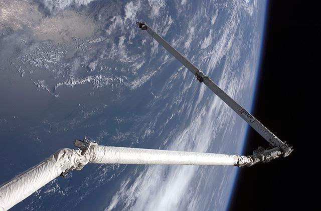 640px-STS-114_robot_arm_extension