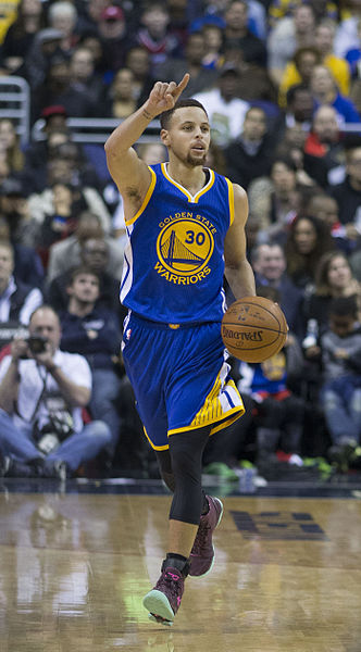 Stephen_Curry_dribbling_2016